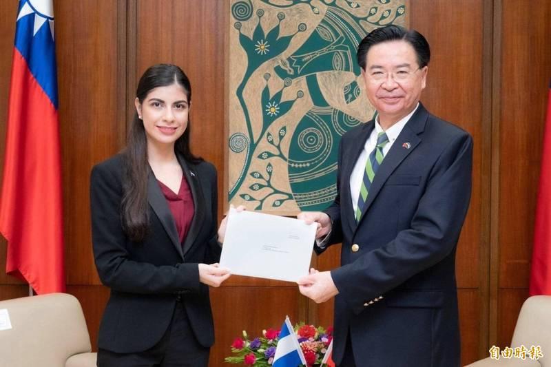 尼加拉瓜大使李蜜娜本月14日向外交部長吳釗燮(右)呈遞到任國書(資料照)
