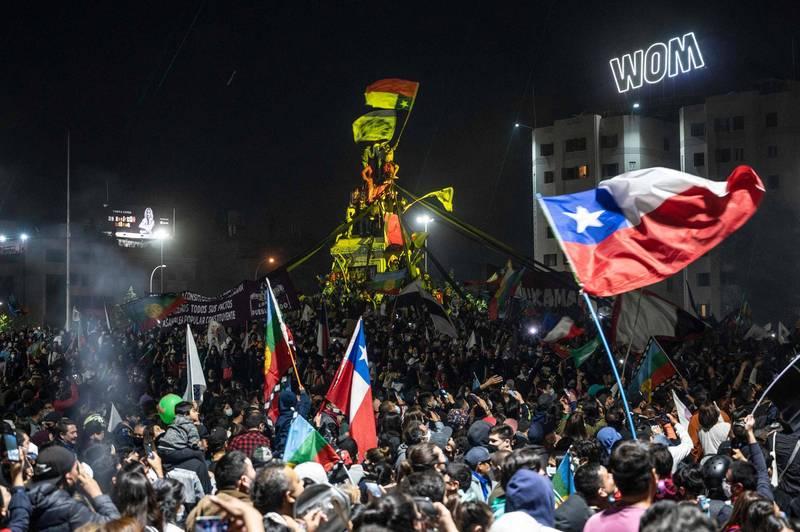 智利25日進行公投,以77.9%的同意率通過重新制憲提案,公投結束後大批民眾湧入首都聖地牙哥的義大利廣場。(法新社)