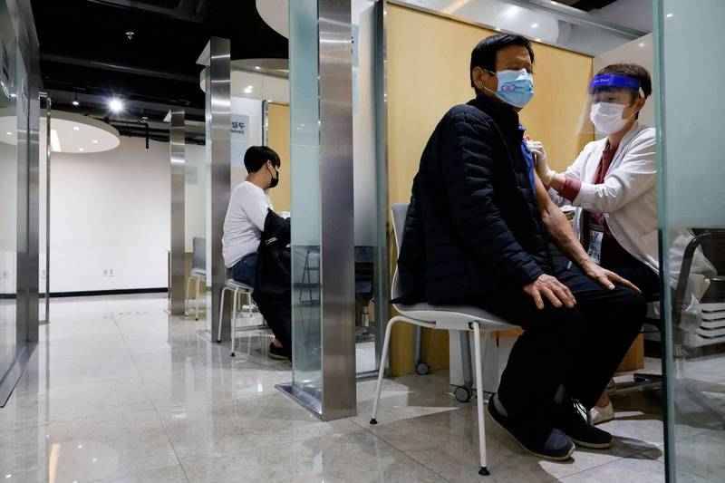 南韓民眾注射流感疫苗後已傳出48死,新加坡對此採取預防措施,宣布停止使用2款流感疫苗。韓國民眾注射流感疫苗示意圖。(路透)