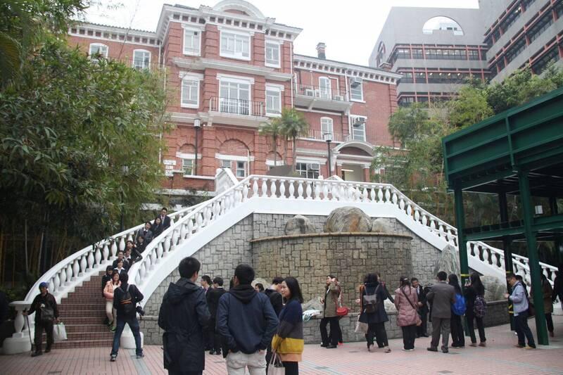 香港大學校委會明天開會,預料將討論兩位來自北京清華大學的副校長人選任命。港大學生會發起聯署要求延後程序。圖為港大的教育大樓。(中央社資料照)