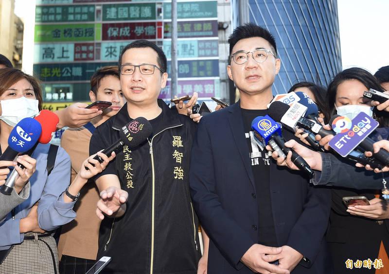 國民黨主席江啟臣(右)回應,兩岸的未來大家可以有不同的意見,但應尊重2300萬人的看法。(記者簡榮豐攝)
