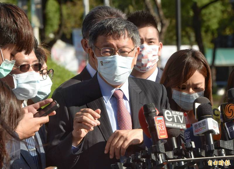 台北市長柯文哲今下午與外賓參觀設市百年展,被中天記者問及此事,柯數度強調,「不要說我們挺中天,我們是主張新聞、依法行政,我們挺的是普世價值。」。(記者林正堃攝)