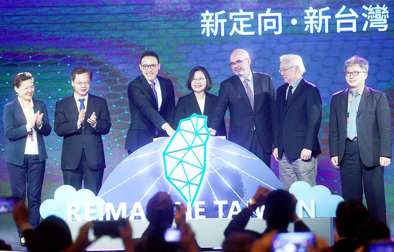 President Tsai Ing-wen, center, Minister of Economic Affairs Wang Mei-hua, left, National Development Council Minister Kung Ming-hsin, second left, Microsoft Taiwan Corp general manager Ken Sun, third left, American Institute in Taiwan Deputy Director Raymond Greene, third right, Minister of Science and Technology Wu Tsung-tsong, second right, and Executive Yuan Office of Science and Technology Executive Secretary Tsai Zse-hong, right, attend a news conference at Taipei 101 to announce the US firm's plan to built an Azure data center in Taiwan. Photo: CNA