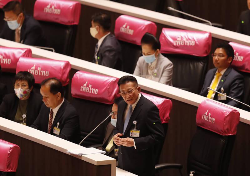 泰國國會進行特別會議,反對黨領袖宋蓬在會中呼籲帕拉育辭職。(美聯社)