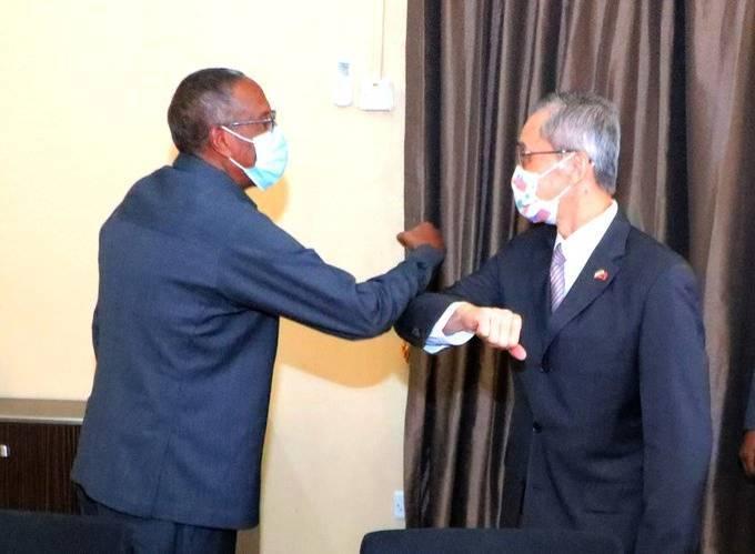 索馬利蘭總統阿布迪(左)今天接見我駐索國代表羅震華,討論多項議題。(圖取自阿布迪推特)