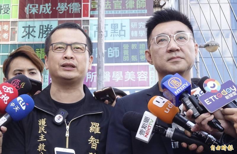 台北市議員羅智強(左)26日開始租用公車廣告為新聞自由請命,與國民黨主席江啟臣(右)接受媒體訪問。(記者簡榮豐攝)