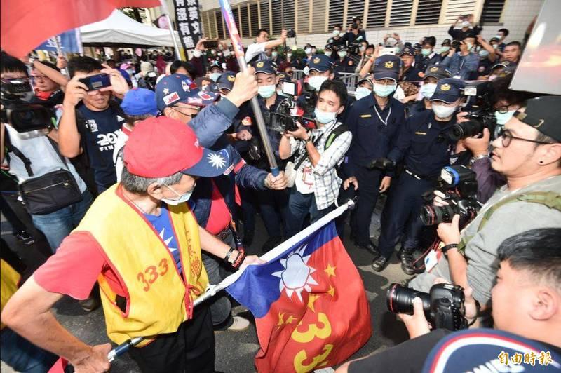 今天多個統派團體在NCC濟南路辦公室外抗議中天換照案,場面一度混亂。(記者塗建榮攝)