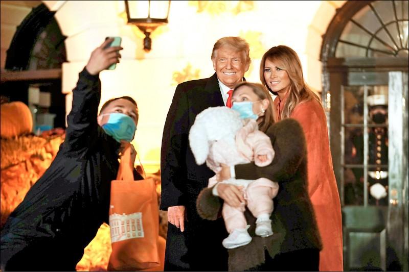 卅一日是西方傳統節日「萬聖節」,力拚連任的美國總統川普和第一夫人梅蘭妮亞,廿五日參加白宮舉行的萬聖節活動。(路透)