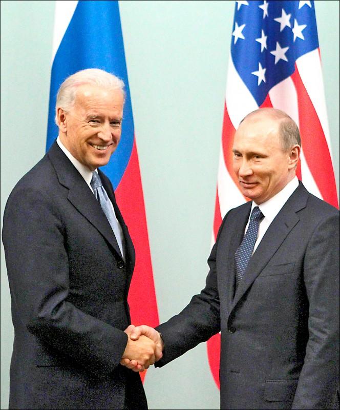 二○一一年三月十日,時任美國副總統的拜登,與普廷在莫斯科會晤。(路透檔案照)