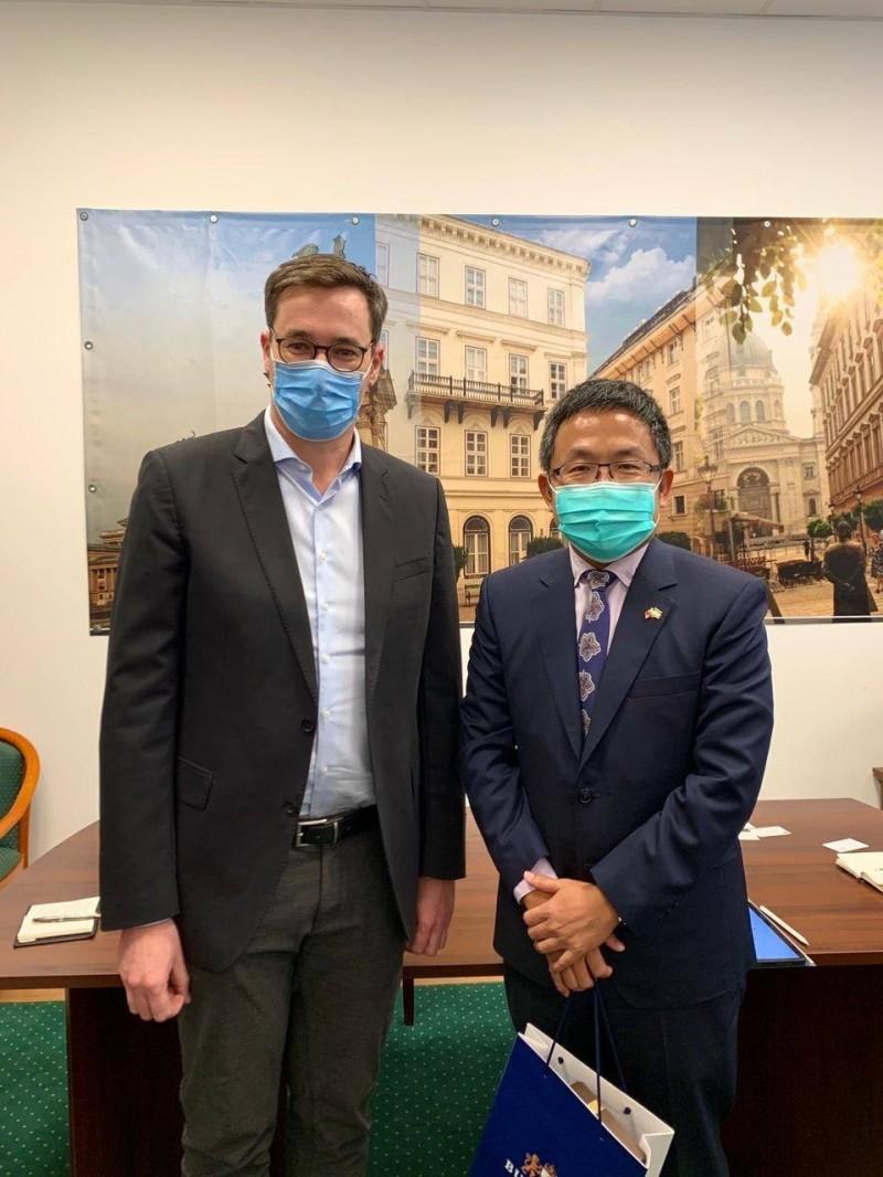 駐匈牙利代表劉世忠(右)日前拜會去年剛當選的布達佩斯市長Gergely Karácsony,盼未來市長能訪問台灣(取自駐匈牙利代表處臉書)