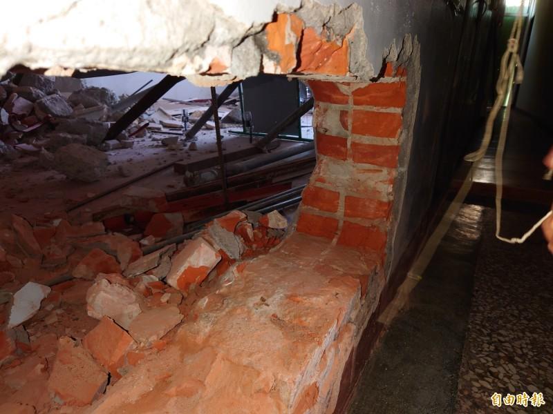 台南地政所人員今日量測,確定地籍線就是拆除線界址,樓梯間在拆除範圍內。(記者洪瑞琴攝)