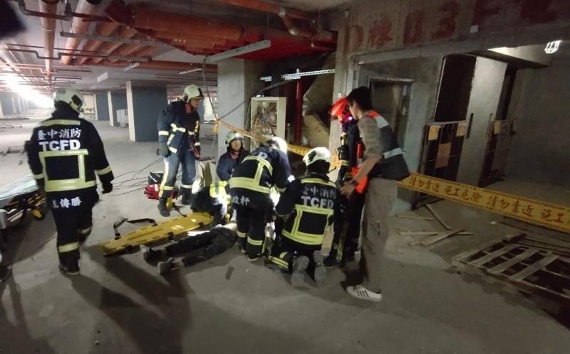 烏日高鐵一路一處集合住宅工地,今天上午一名工人從高處墜落,現場沒有呼吸心跳,消防人員緊急協助送醫。(記者陳建志翻攝)