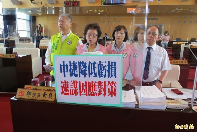 市議員邱素貞(左二)、陳淑華(右二)、謝明源(右一)、蕭隆澤(左一)對中捷的虧損憂心仲仲。(記者蘇金鳳攝)