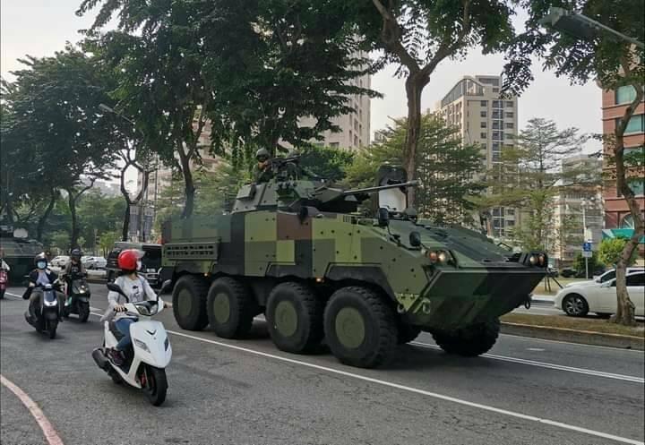 雲豹八輪甲車奔馳台灣大道,引起民眾關注。(記者張軒哲翻攝)