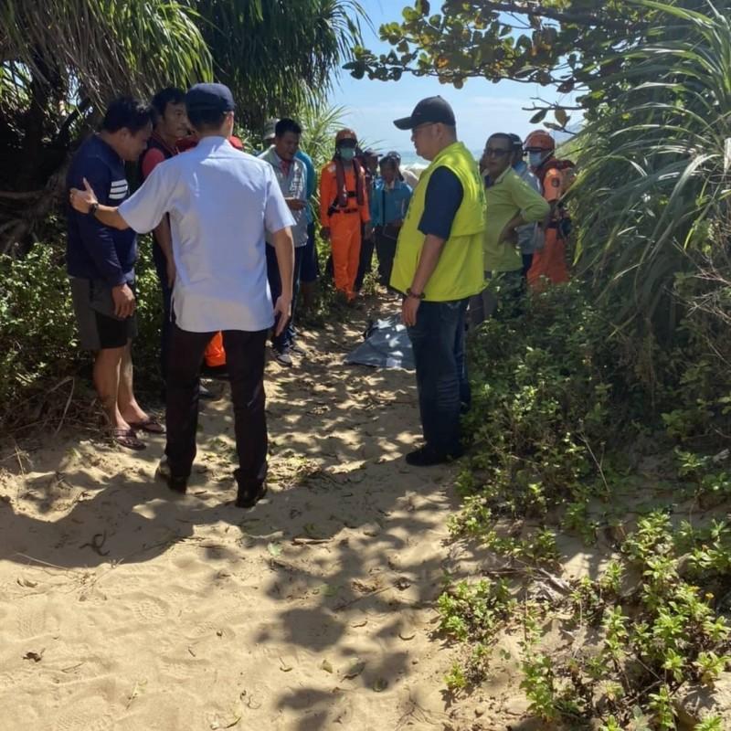各單位尋獲漁民遺體,安慰傷心的家屬。(記者蔡宗憲翻攝)