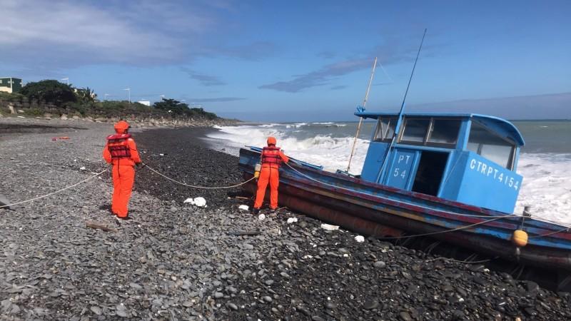 漁船及遺體相距近百公里。(記者蔡宗憲翻攝)