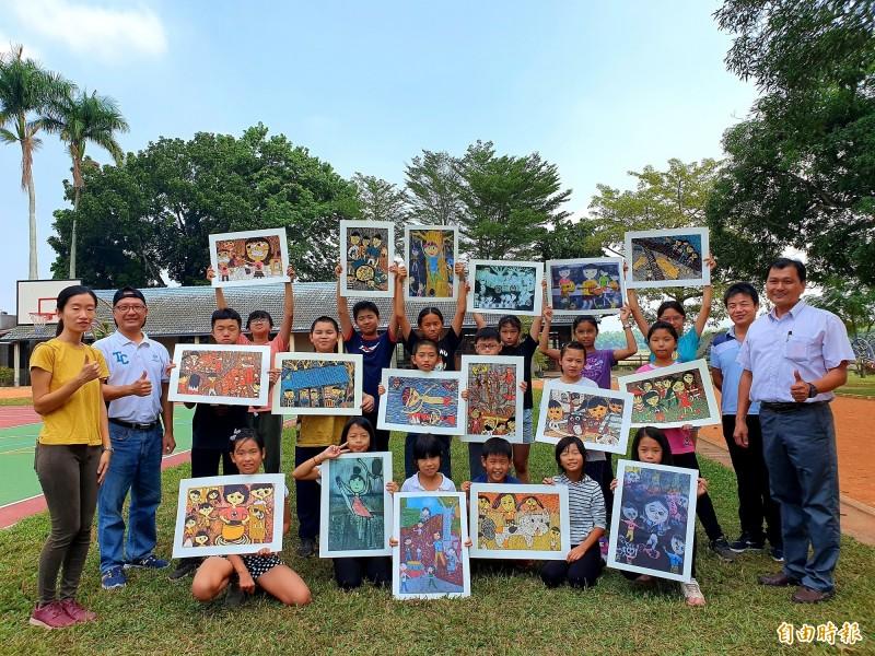 樹人國小學童參加南市美術比賽,參賽14件版畫全獲獎。(記者王涵平攝)
