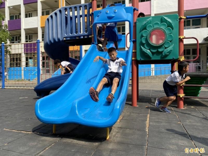 少子化浪潮持續,彰化縣國小班級數每學年平均減少20班幅度下修總班級數,圖為學童下課玩耍的校園景像。(記者張聰秋攝)