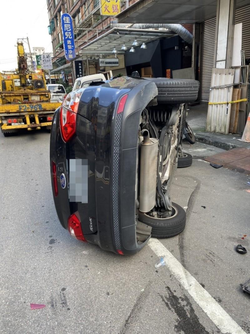 何男撞車後,又擦撞到停放路旁的車輛,不慎翻覆。(記者吳昇儒翻攝)