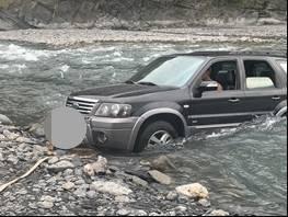 柯男的自小客車底盤太低,因不諳溪流狀況,受困茂林濁口溪中,情況一度岌岌可危。(記者蘇福男翻攝)