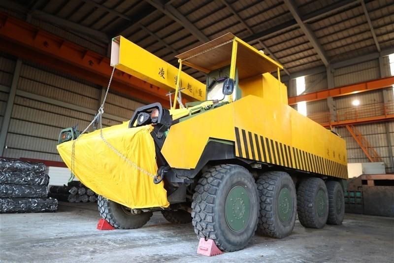 陸軍裝甲584旅將雲豹甲車以木板與木條偽裝成黃色的工程車。(青年日報提供)