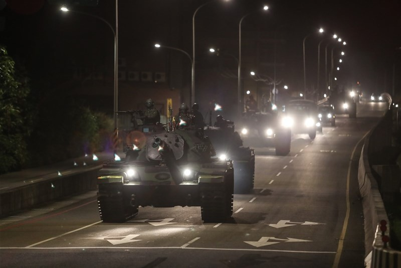 陸軍裝甲584旅聯兵3營執行「夜間機動間戰力防護暨隱掩蔽作為」。(青年日報提供)