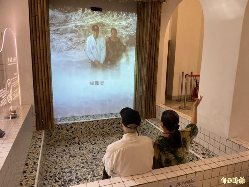 展覽內的互動裝置,利用高科技互動投影,讓民眾置身霧氣蒸騰的溫泉浴場,透過螢幕可看到自己泡溫泉的模樣,成為另類的打卡點。(記者楊心慧攝)