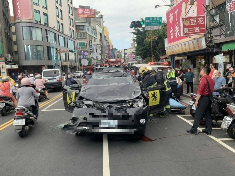 新莊區體育場附近今天發生休旅車連撞路邊4車意外,造成1死5傷,車體因撞擊嚴重受損,導致駕駛夾困車內,消防設法救人。(記者吳仁捷翻攝)