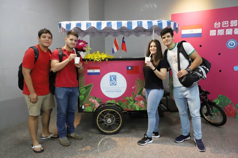 台科大巴拉圭學生試飲,結合巴拉圭瑪黛茶及台灣珍珠奶茶特色的「珍珠瑪黛茶」。(台科大提供)