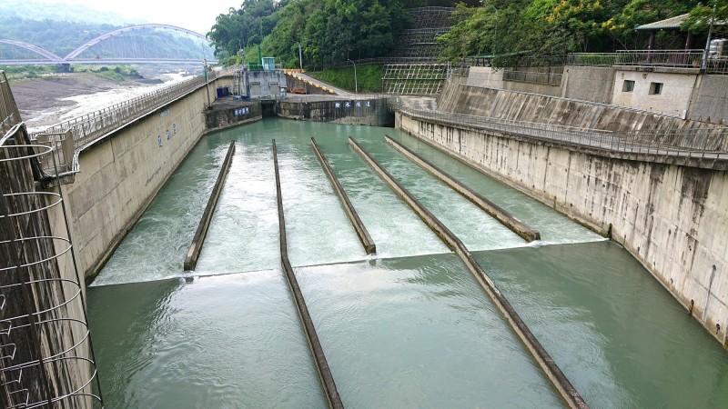 南化水庫靠著甲仙攔河堰的越域引水,目前蓄水率仍保持高檔,水情相對穩定。(記者吳俊鋒翻攝)
