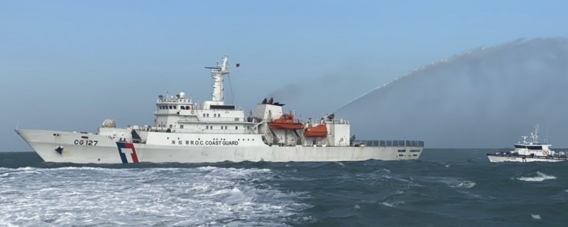 海巡署調派新北艦趕赴馬祖,與馬祖海巡隊艦艇合作,終於將中國抽砂船從我禁限制水域內淨空。(記者俞肇福翻攝)