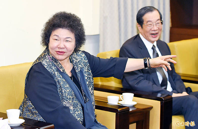Control Yuan President Chen Chu, left, and Examination Yuan President Huang Jong-tsun hold a news conference in Taipei yesterday to announce their collaboration on promoting human rights awareness among civil servants .Photo: Liao Chen-huei, Taipei Times