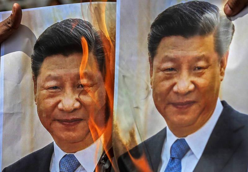 廣東湛江一帶1年半內爆發將近300起的群眾抗爭及維權行動,當局頻頻指示「加強管控」。圖為印度反中示威,民眾燃燒習近平照片。(歐新社)