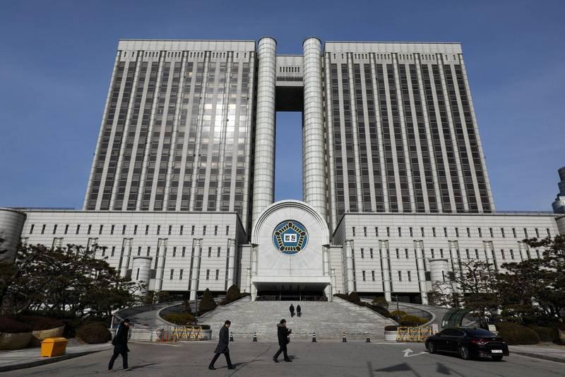 南韓鍾根堂製藥公司董事長的長子,涉嫌拍攝自己與女性啪啪啪的影片並在社交平台上散播,被判處5年有期徒刑。首爾法院示意圖。(彭博)