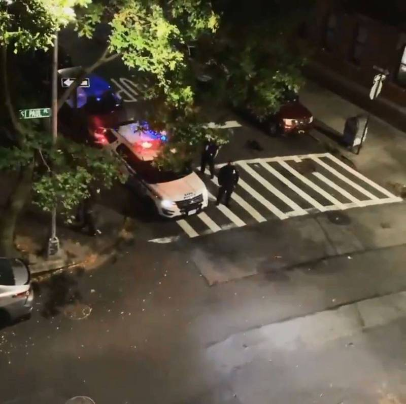 紐約一名警察25日利用巡邏車的廣播系統,在街頭高喊「川普2020」,經調查後被紐約市警察局停職。(圖擷自推特)