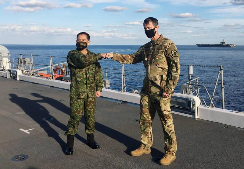 駐日美軍司令施奈德(右)昨和日本防衛省統合幕僚長山崎幸二(左)在「加賀號」上舉辦軍演記者會。(路透)