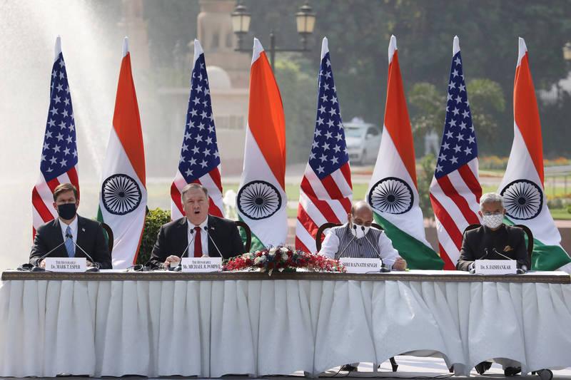 印度與美國的外長和防長今日舉行「2+2」會談,並簽署了「基本交流與合作協議」(BECA),未來將共享敏感的衛星數據。左起為美國防長艾斯培、國務卿龐皮歐、印度防長辛格、外長蘇傑生。(彭博)