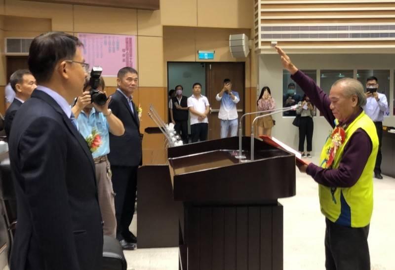苗栗縣議會最年長的資深議員胡忠勇(右)宣誓就職。(記者張勳騰翻攝)