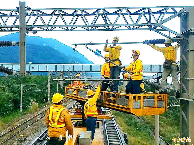 Taiwan Railways Administration workers renovate railway power lines in Taitung County yesterday. Photo: Chen Hsien-yi, Taipei Times