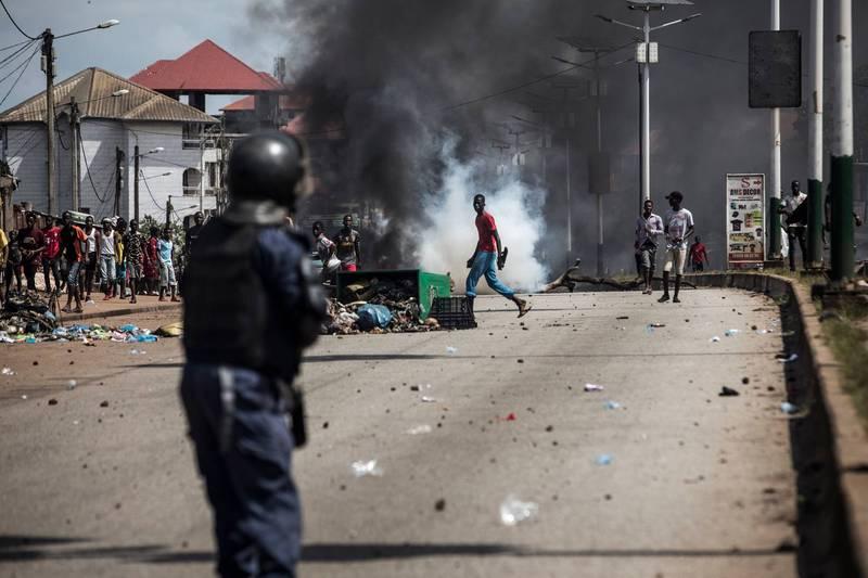 幾內亞大選出現爭議,全國示威爆發衝突,截至26日已有至少21人死亡。(法新社)