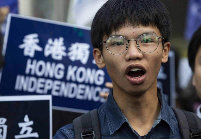 香港獨派的學生組織「學生動源」前召集人鍾翰林(見圖),據稱原本在今天早上前往美國駐港總領事館尋求政治庇護,不料在美國總領事館附近遭港警攔截逮捕。(歐新社)