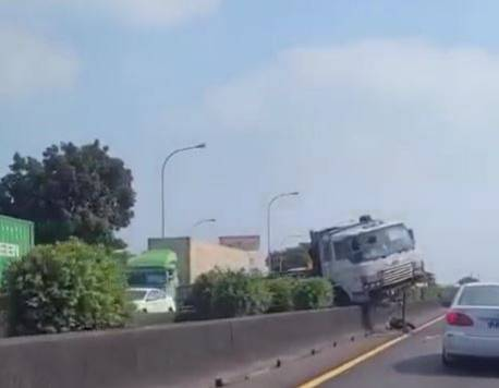 國道1號北上311K安定路段,今下午1點20分發生大貨車不明原因撞中間分隔島事故,大客車車頭跨至對向車道。(圖擷自《爆料公社》)