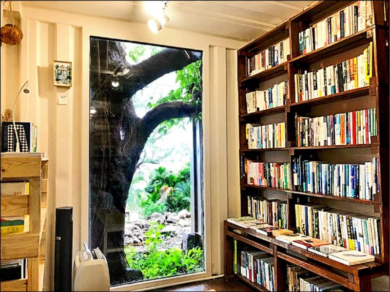 蘭嶼獨立書店「在海一方」,上架近千本各類書籍。(羅秀芸提供)