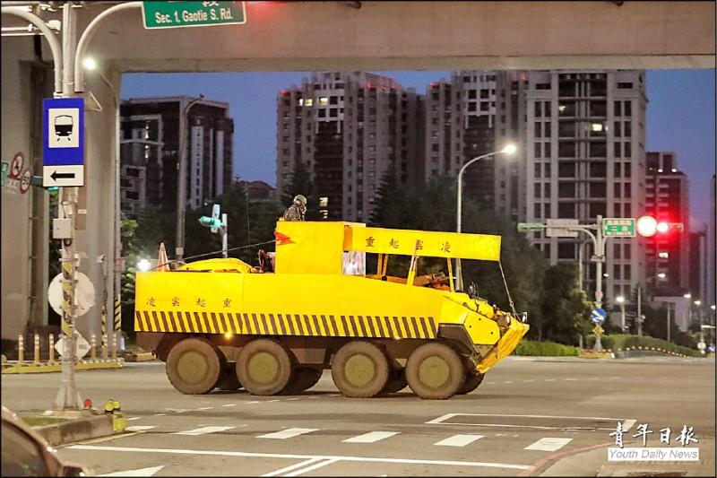 裝甲584旅聯兵營八輪甲車在模擬戰場中,進行隱掩蔽而改造的「偽工程車」。(取自青年日報)
