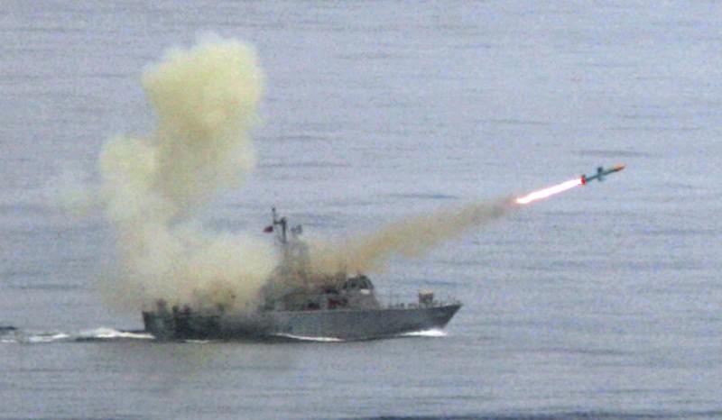 美國近一週來接連批准對台出售高機動性多管火箭系統、增程型距外陸攻飛彈、F-16戰機外部傳感器,以及岸置「魚叉」反艦飛彈系統。圖為台灣海軍在漢光演習中發射魚叉飛彈。(美聯社檔案照)
