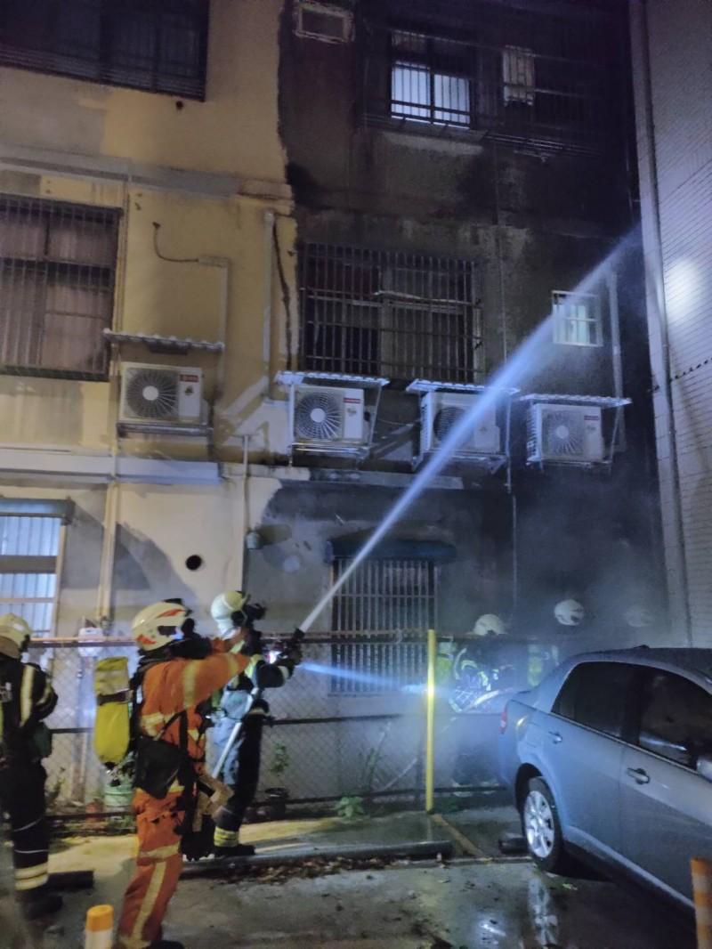 桃園市桃園區永康街公寓火警,大批救災救護人員前往搶救。(記者陳恩惠翻攝)