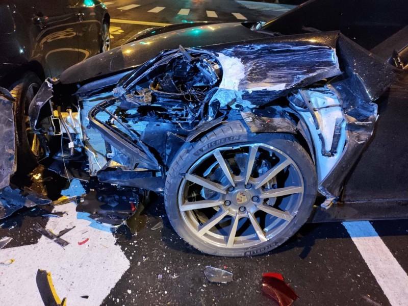 宜蘭頭城今天零時許發生車禍。圖為追撞Volvo的保時捷車頭。(記者蔡昀容翻攝)