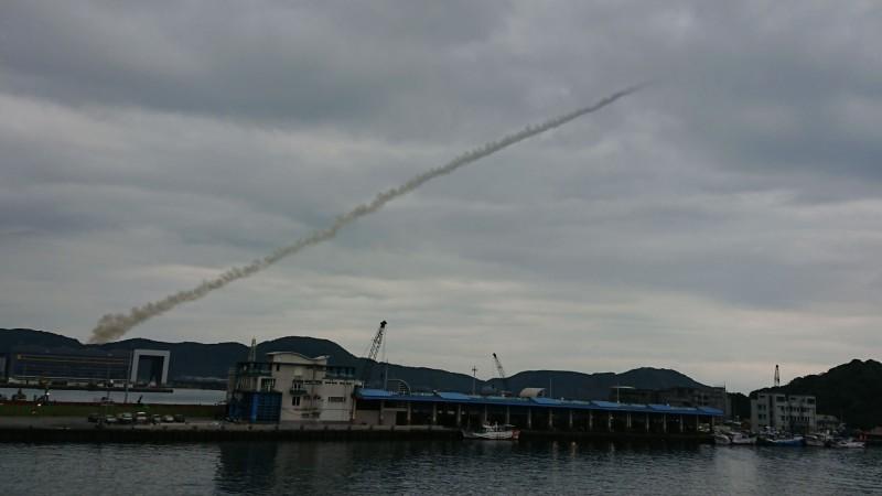 軍事迷李忠衛說,因掌握不到試射時間與方向,發現靶彈升空,「一轉頭就只剩煙霧」,速度非常快。(李忠衛提供)