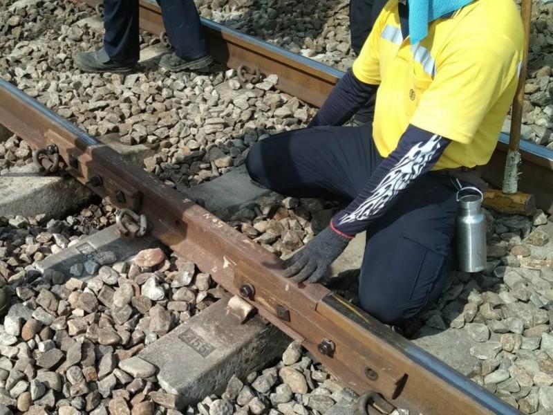 台鐵新市-永康間路段今上午發生路線異常,經查發現因為一輛列車通過後發生巨大撞擊聲,司機員下車察看才發現軌到裂縫長達19公分。(台鐵提供)