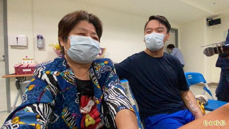 阿嬤(左)提起孫子醫治過程,一度哽咽。陳逸翔(右)攬著她,表示感謝。(記者蔡昀容攝)